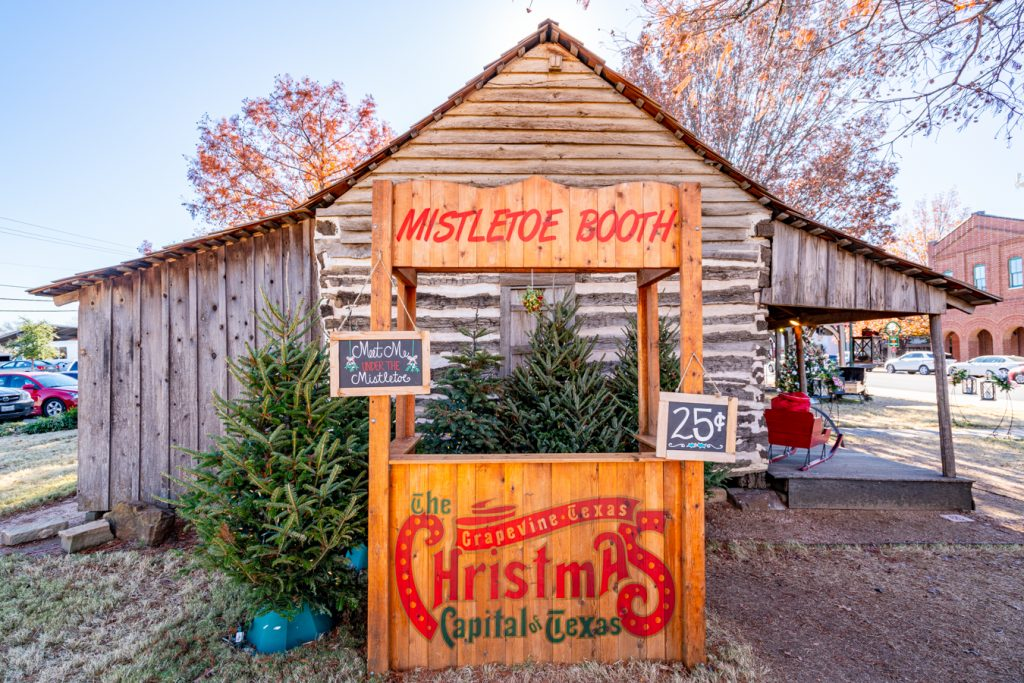 kissing booth in downtown grapevine at christmas, one of the best ft worth day trips