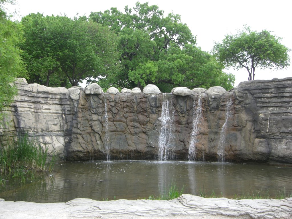 small dallas waterfalls in pioneer plaza park